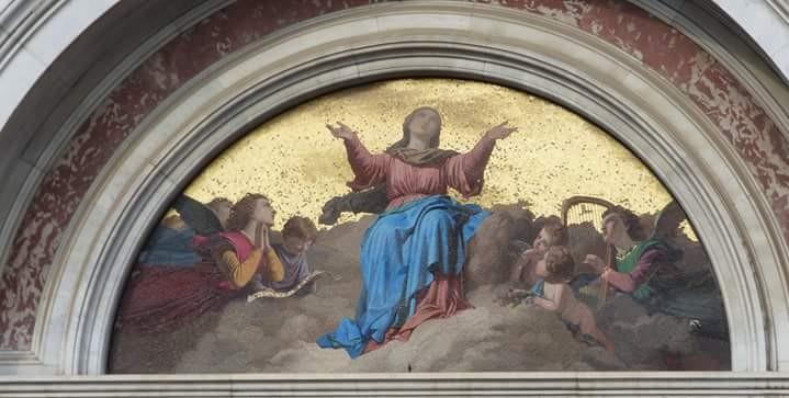 Lunetta in mosaico raffigurante L'Assunzione di Maria in Cielo, posta sopra il portone della Cattedrale.